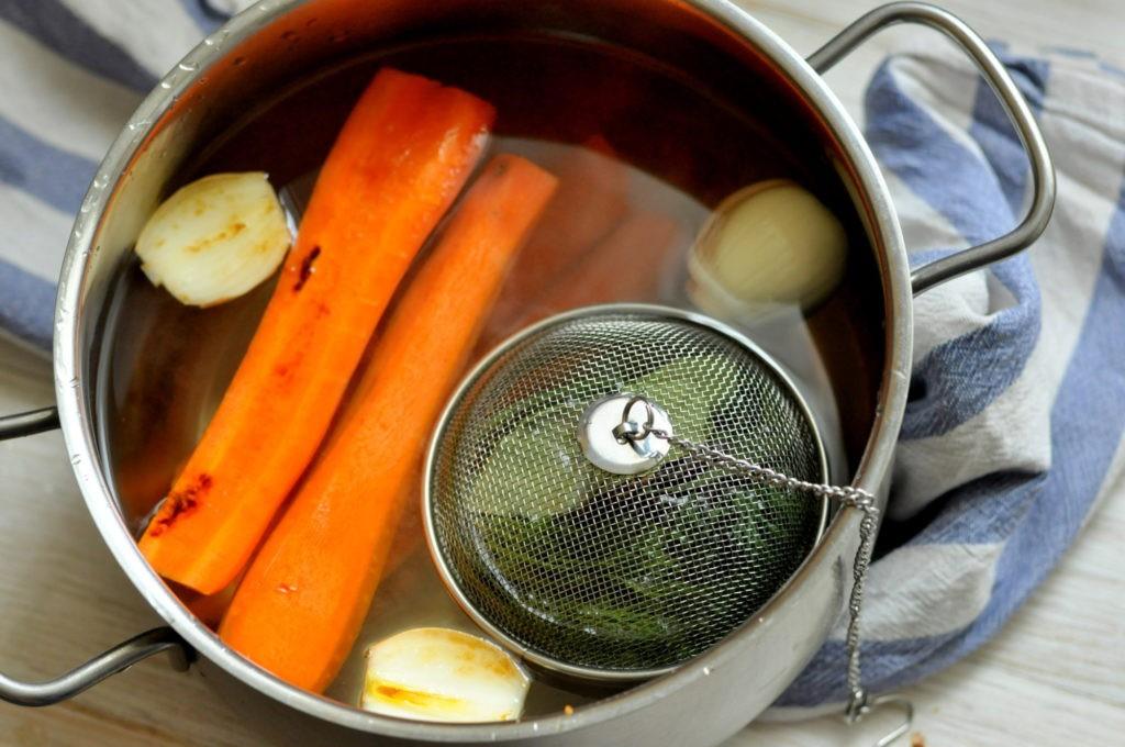 овощной бульон в кастрюле