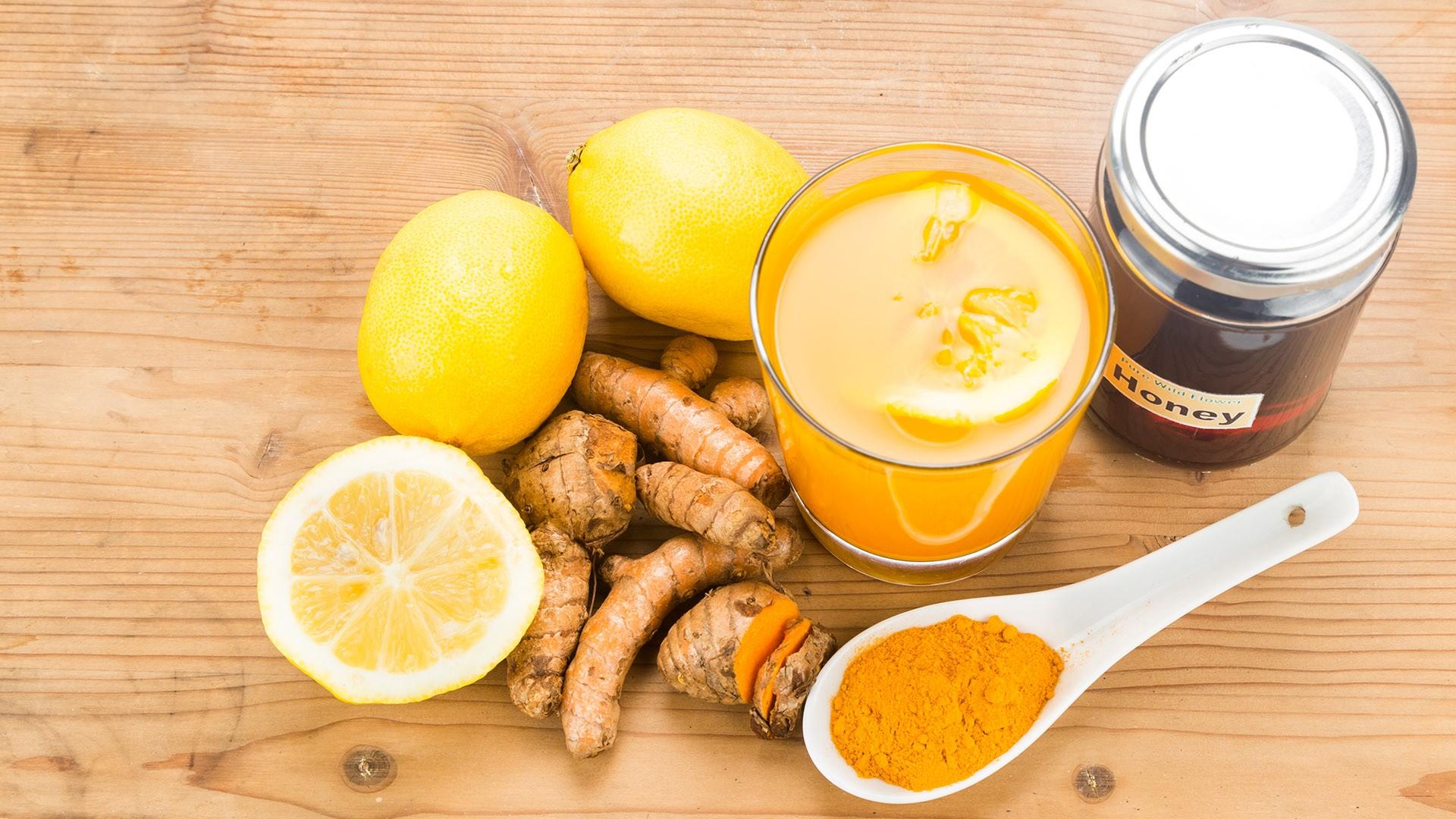 Лимонный сок с имбирём и куркумой