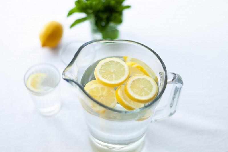 кувшин воды с лимоном